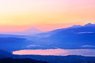 高ボッチ高原より諏訪湖と街明かりに遠望富士山の写真素材 [FYI01799219]