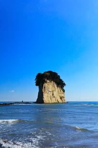 能登半島・見附島と快晴の空の写真素材 [FYI01799222]