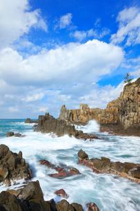 冬の日本海・東尋坊に寄せる波の写真素材 [FYI01799234]