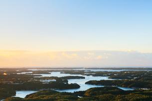 伊勢志摩・朝の横山展望台より英虞湾の島々の写真素材 [FYI01799244]