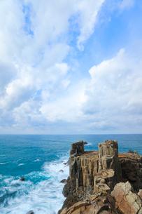 冬の日本海・東尋坊に寄せる波の写真素材 [FYI01799250]