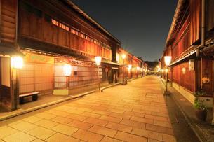 北陸金沢・ひがし茶屋街夜景の写真素材 [FYI01799258]