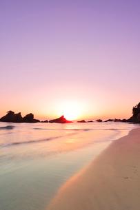 浜辺に寄せる波に朝日の写真素材 [FYI01799259]