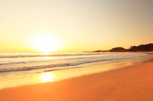 浜辺に寄せる波に朝日の写真素材 [FYI01799265]