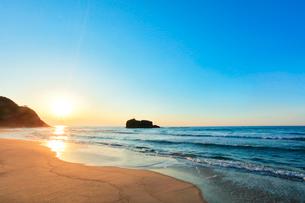 白兎海岸に夕日の写真素材 [FYI01799289]