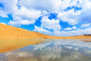 鳥取砂丘・池に映る空と雲の写真素材 [FYI01799325]
