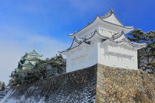 冬・雪の名古屋城天守閣と西南隅櫓の写真素材 [FYI01799327]