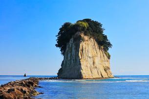 能登半島・見附島と快晴の空の写真素材 [FYI01799335]