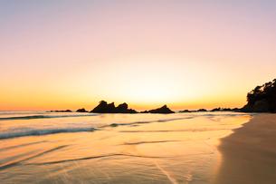 朝焼けの浜辺の写真素材 [FYI01799336]