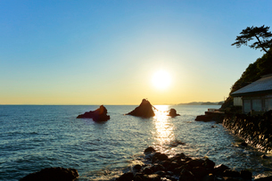 伊勢二見浦・夫婦岩に朝日の写真素材 [FYI01799339]
