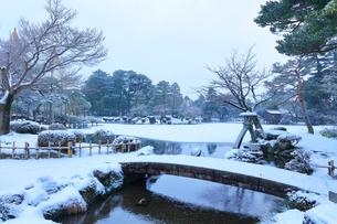 雪化粧の金沢兼六園・霞ヶ池と虹橋の写真素材 [FYI01799348]