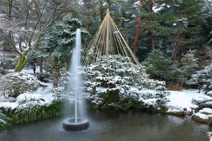 冬の金沢兼六園・日本最古の噴水と雪吊りの写真素材 [FYI01799374]