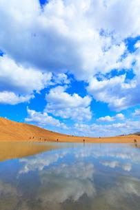 鳥取砂丘・池に映る空と雲の写真素材 [FYI01799375]