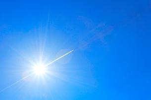 青空と太陽に飛行機雲の写真素材 [FYI01799379]