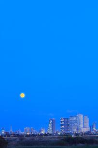 名古屋駅周辺の高層ビルと街並み夕景に月の写真素材 [FYI01799394]