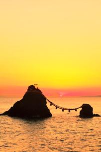 朝焼けの伊勢二見浦・夫婦岩に遠望富士山と朝日の写真素材 [FYI01799405]