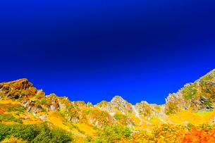 秋の中央アルプス・千畳敷カールの紅葉と快晴の空の写真素材 [FYI01799424]