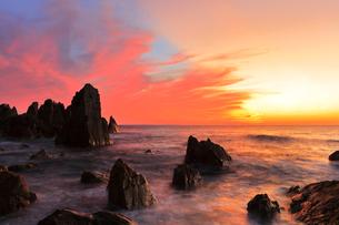 越前海岸と台風接近の夕焼け空の写真素材 [FYI01799426]