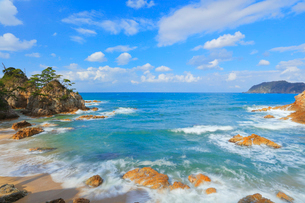 浦富海岸に寄せる波の写真素材 [FYI01799427]