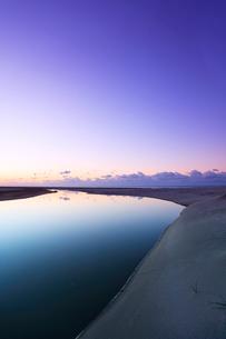 夜明けの空に月と浜辺に小川の写真素材 [FYI01799428]
