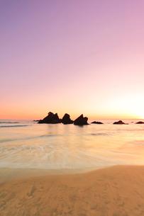 朝焼けの浜辺に寄せる波の写真素材 [FYI01799430]