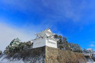 冬・雪の名古屋城天守閣に西南隅櫓と東南隅櫓の写真素材 [FYI01799434]