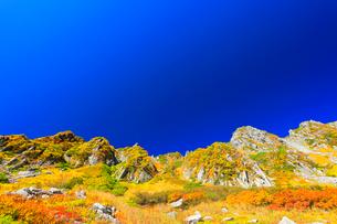 秋の中央アルプス・千畳敷カールの紅葉と快晴の空の写真素材 [FYI01799436]