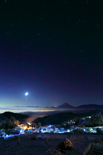 雪景色の山村と遠望富士山に月の写真素材 [FYI01799442]