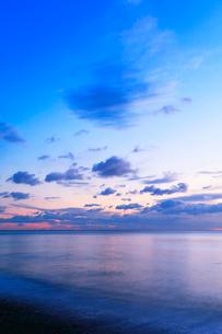 夜明けの海の写真素材 [FYI01799443]