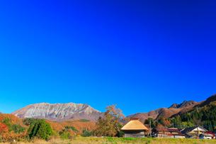 かやぶき小屋と紅葉に大山の写真素材 [FYI01799457]