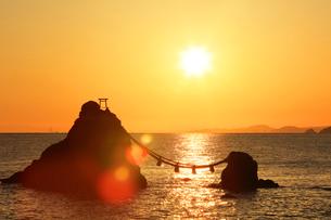 快晴の伊勢二見浦・夫婦岩に朝日の写真素材 [FYI01799473]