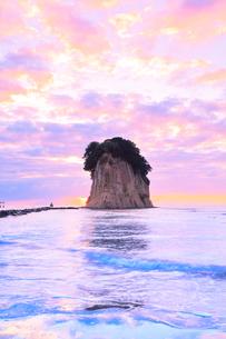 能登半島・見附島と朝焼けの空の写真素材 [FYI01799499]