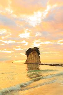 能登半島・見附島と朝焼けの空の写真素材 [FYI01799503]