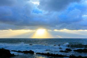 冬の日本海・夕日の光芒の写真素材 [FYI01799515]