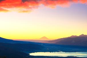高ボッチ高原より朝焼けの富士山と諏訪湖の写真素材 [FYI01799531]