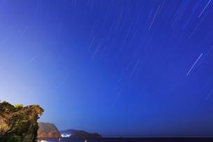 獅子巌と夜空に星の写真素材 [FYI01799555]