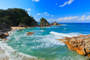 浦富海岸に寄せる波の写真素材 [FYI01799566]