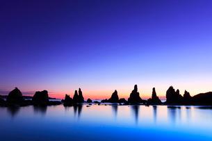 夜明けの橋杭岩の写真素材 [FYI01799570]