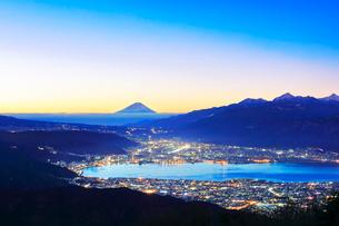 高ボッチ高原より夜明けの富士山と諏訪湖に街明かりの写真素材 [FYI01799571]