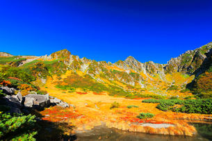 秋の中央アルプス千畳敷カール・剣ヶ池からの紅葉と快晴の空の写真素材 [FYI01799574]