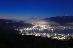 高ボッチ高原より月明かりの富士山と諏訪湖に街明かりの写真素材 [FYI01799584]