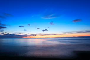 夜明けの海の写真素材 [FYI01799589]