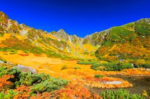 秋の中央アルプス千畳敷カール・剣ヶ池からの紅葉と快晴の空の写真素材 [FYI01799591]