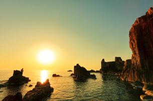 東尋坊より日本海に夕日の写真素材 [FYI01799599]