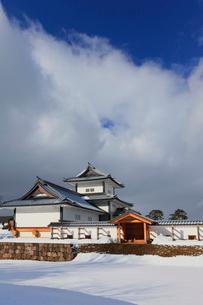 冬の金沢城 橋爪門と橋爪門続櫓の写真素材 [FYI01799604]