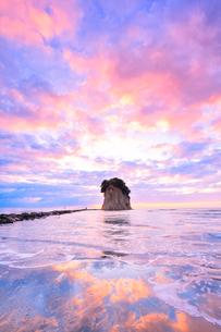 能登半島・見附島と朝焼けの空の写真素材 [FYI01799619]