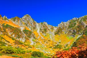 秋の中央アルプス・千畳敷カールの紅葉と快晴の空の写真素材 [FYI01799620]