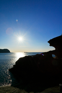 熊野古道 鬼ヶ城と魔見ヶ島に太陽の写真素材 [FYI01799632]