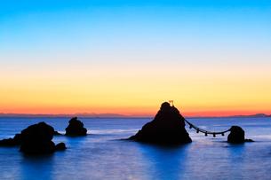 朝焼けの伊勢二見浦・夫婦岩に遠望富士山の写真素材 [FYI01799650]