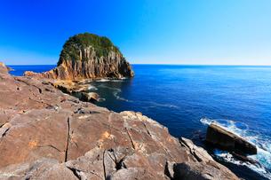 快晴の楯ヶ崎に寄せる波と熊野灘の写真素材 [FYI01799673]